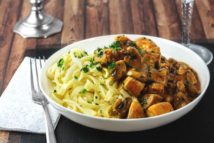 leicht-rezept-spaetzle-mit-haehnchen-champignon-sauce