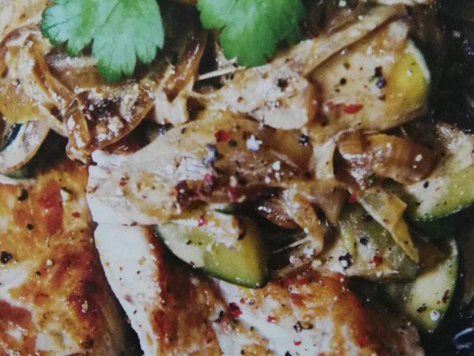 Leicht-rezept-Putenschnitzel-mit-pfeffer-sahne-zwiebeln-low-carb-kochen-gesund-ernähren