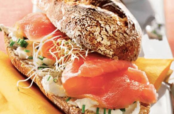 leicht-rezept-baguettebrötchen-mit-räucherlachs-sandwich-gesund-ernähren-essen-kochen